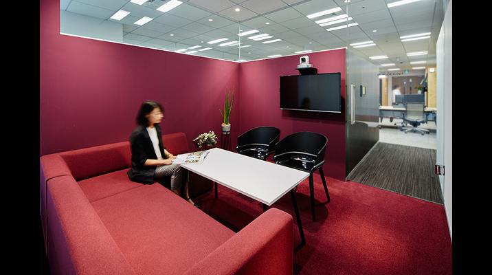 執務エリアに3室だけ設けられた個室「フォーカスルーム」は、面談や他拠点とのテレビ会議に利用。