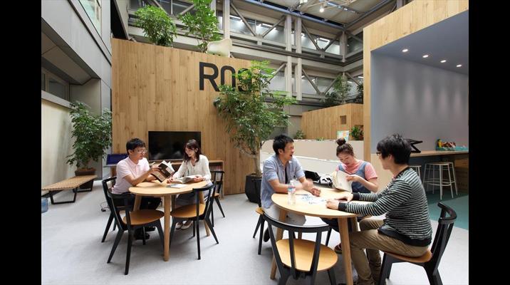 人が行き交う場所にあるオープンミーティング。街の広場にあるカフェテラスのようなくつろいだ雰囲気で打ち合わせできます。
