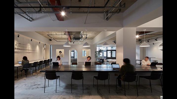 オフィスの中央には個人作業からチーム作業などの多様な使い方を可能にする、オフィスシンボルとなる大テーブル。奥にはフィッティングルームをイメージしたクローズドスペースを用意し、TV会議などに使用しています。