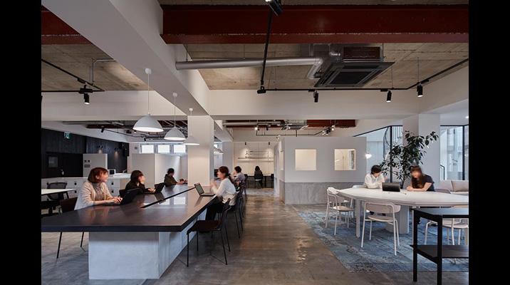 大テーブルの周りには集中作業やスタンディングなど個々の業務内容に合わせて快適に執務できるスペースを設けています。