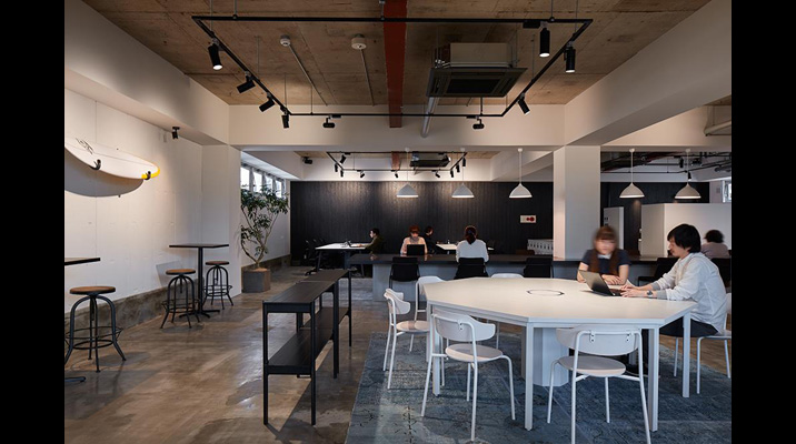 オフィスの入口付近に配置したオープンなミーティングスペース。八角形のテーブルは程良い関係性であり、自然と参加しやすい形状。