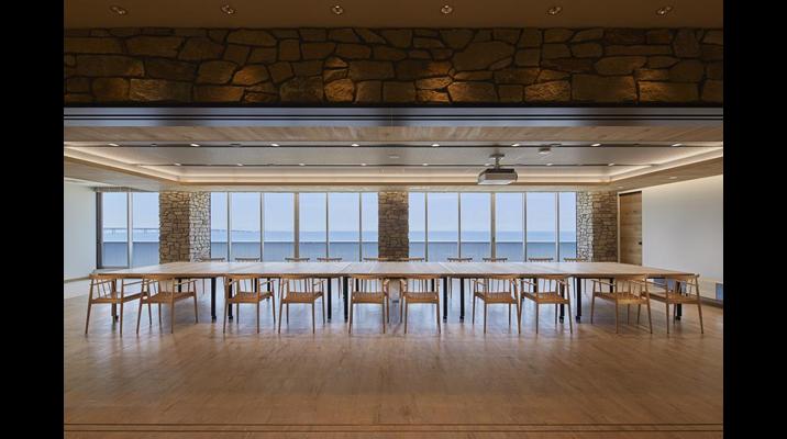 共創スクエア内のゲストルーム。VIPを招いて食事をしながら、食材のプレゼンテーションを行うスペース。窓から見える大阪湾の水平ラインと関西空港が印象的な眺望です。