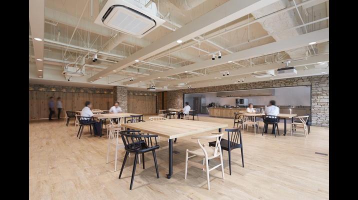 共創スクエア内の多目的スペースは邸宅のテラスをイメージしています。テストキッチンを併設し、食材のプレゼンテーションを行うスペースです。