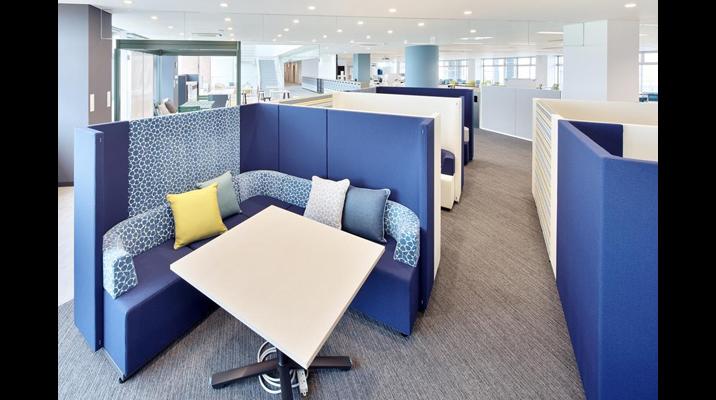 開放感と囲われ感を両立するミーティングスペース。