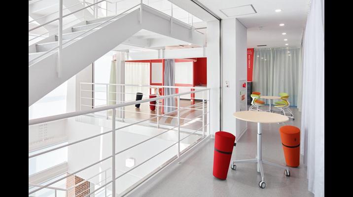 各階のリフレッシュスペースを光あふれる吹抜けに面して設けることで、気分転換を行いつつ階段を通る人とのコミュニケーションが図れます。