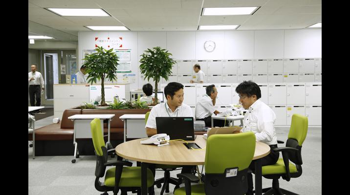 打ち合わせしながらの業務に適した円形の執務デスク。