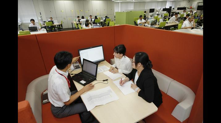 オープンなオフィスの中で、落ち着いて打ち合わせができる囲われたスペース。