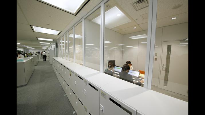 打ち合わせの様子が見えるガラス張りの会議室。