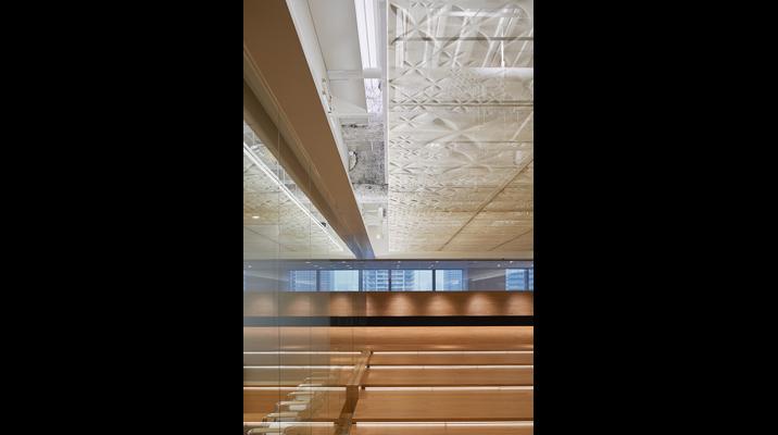 Stageの天井には、三軸織物という日本の最先端素材を用いて3次元に型押しされた膜を掛けています。