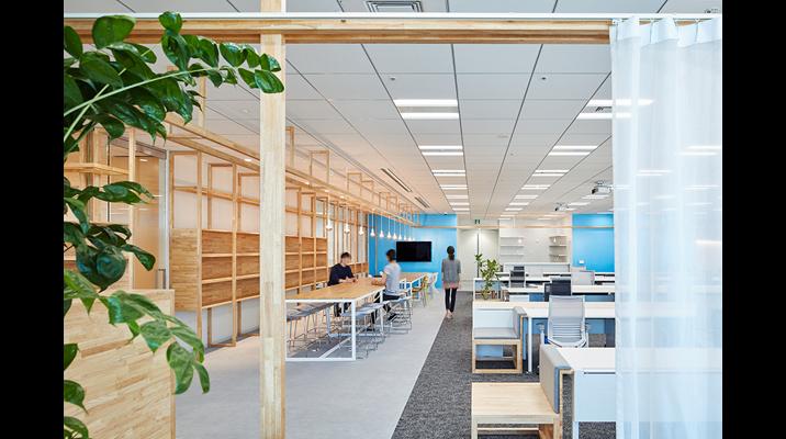 Living、Dining、Kitchen、Court(中庭)といった家の要素でオフィスを構成。