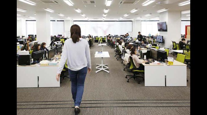 天井高を生かして執務エリア内に段差を設けることで、移動の際にオフィスの様子が一望できます。デスクの間にはミーティングテーブルを設け、ちょっとした打ち合わせがすぐにできるようにしています。