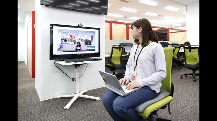 本社と常時接続しているTV会議システム。オフィスの様子も伝わり、打ち合わせもセッティングせずにすぐに行えます。