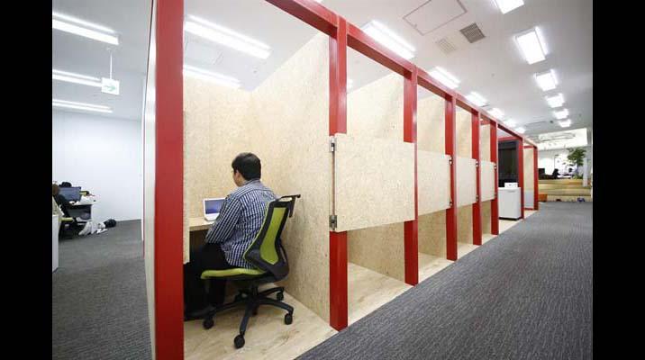 ソロブースで集中作業。業務内容や気分に応じて場所を選んで働くことができます。