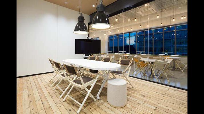 ラウンジとガラスで仕切られた会議室。必要に応じてブラインドを使用します。