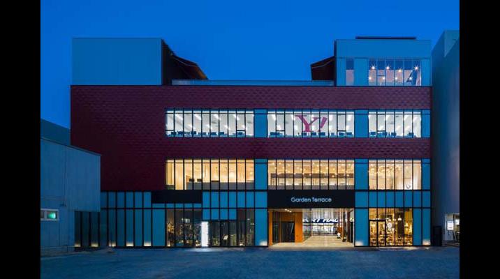 八戸市街のランドマークとなるビルの2,3Fに入居。1Fには八戸市営のブックセンターなどがあり、文化発信の場となっています。